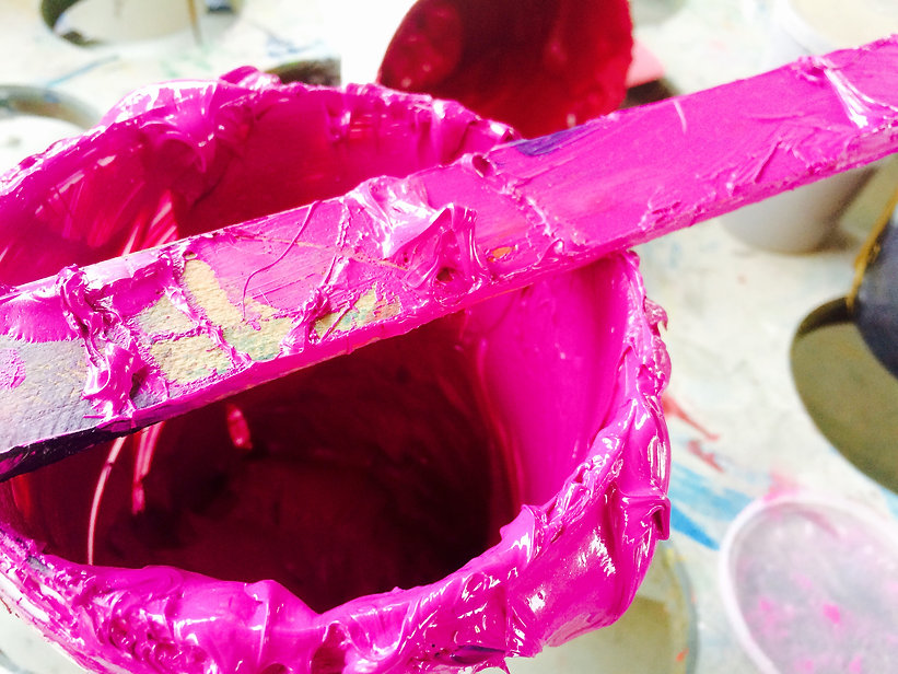 Siebdruck magenta Textilfarbe mit Spatel