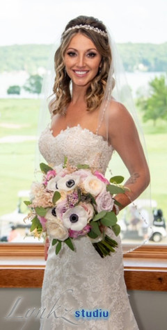 Beautiful bride with pink and white bouq