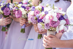 Bridal party bouquets in lavender and pu