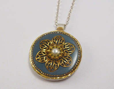 Gold leaves flower pendant with pearl