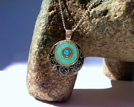Round Silver pendant inlaid with Opal
