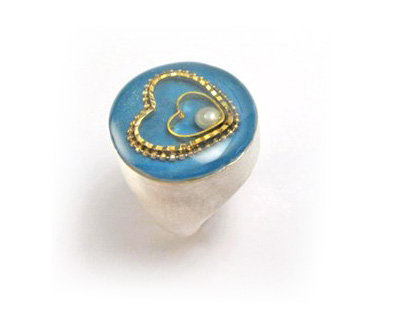 Round ring with gold hearts and pearl stone