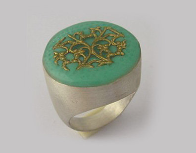 Green round shape ring with gold filgree