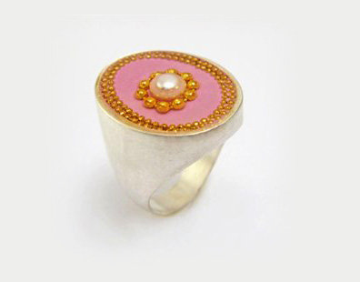 Rounded silver ring with a pearl stone