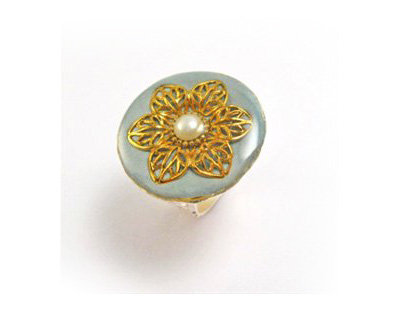 Gold flower and pearl stone ring