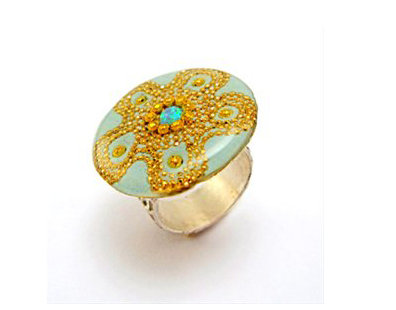 Rounded silver ring with a opal stone