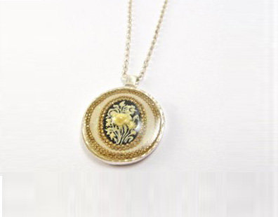 Flower medalion pendant necklace