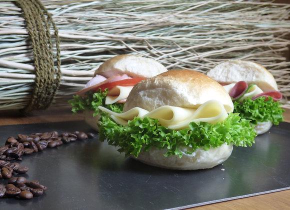 Belegtes Brötchen mit Käse