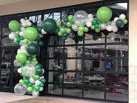 green-and-white-balloon-garland-to-celeb