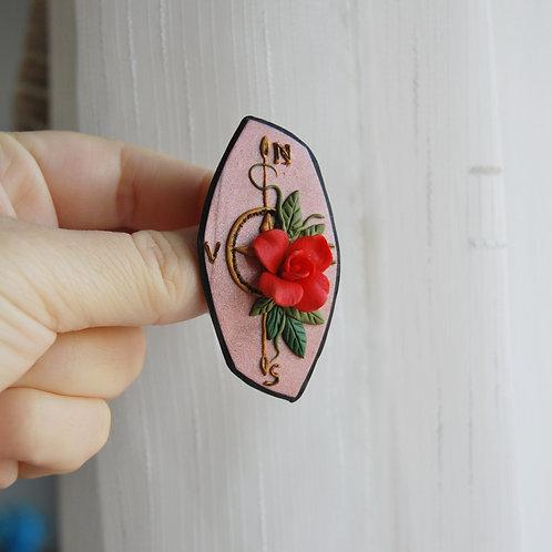 Martisor brosa busola cu trandafir rosu