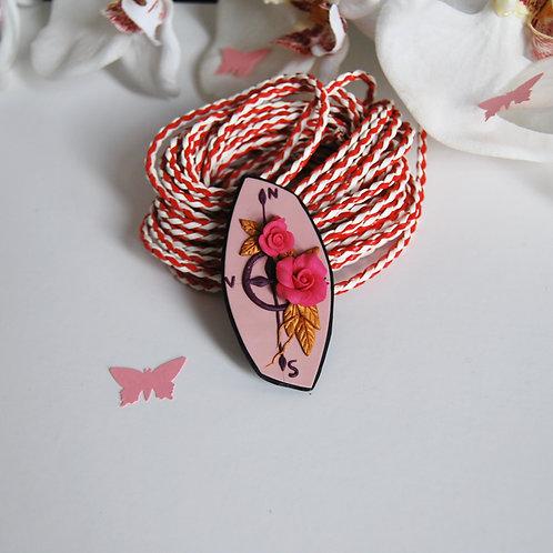 Martisor brosa busola cu trandafiri roz