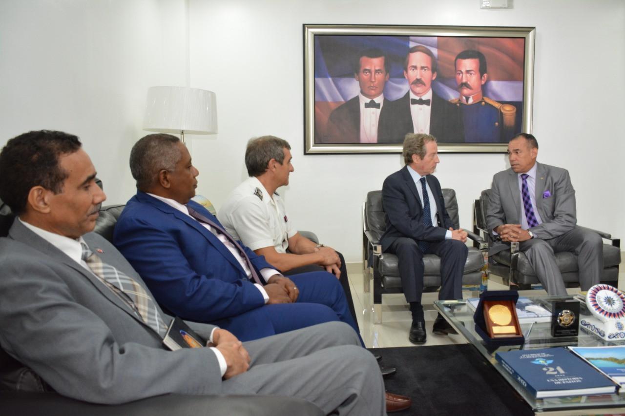 El presidente de la DNCD recibe el Embaj