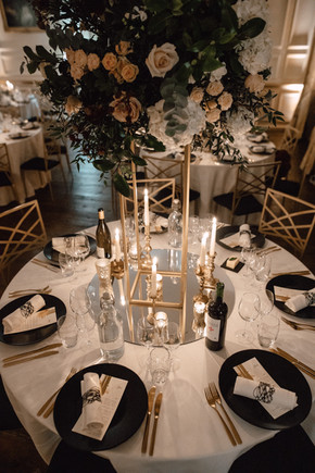 Oppulent centrepieces, with a modern feel. Mirrored plates reflecting the light back in to the room