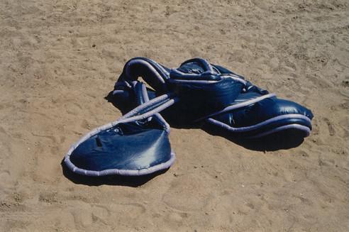 Tetê Barachini. Desobjeto Azul II (1992). Tecido sintético com enchimento de poliuretano expandido. 6.50x2.50x40m (aproximadamente)