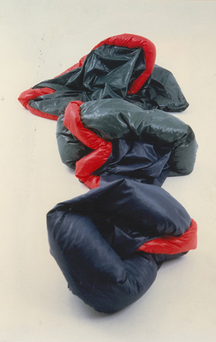 Tetê Barachini. Desobjeto Tunel (1990). Tecido sintético e poliuratano expandido. 3.00x1.70x0.40m (aproximadamente). Foto: João Mussolin
