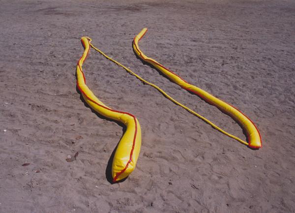 Tetê Barachini. Desobjeto Linha III (1991). Tecido sintético. 32.50X0.40x0.20 m (aproximadamente)