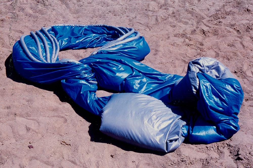 Tetê Barachini. Desobjeto Ovalazul V (1992). Tecido sintético com poliuretano expandido. 3.50x2.00x0.50m (aproximadamente)