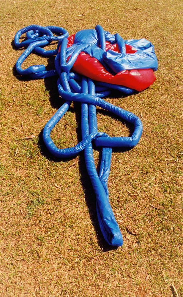 Tetê Barachini. Desobjeto Ciculinha I (1993). Tecido sintético e poliuratano expandido. 8.40x2.40x0.40m (aproximadamente)
