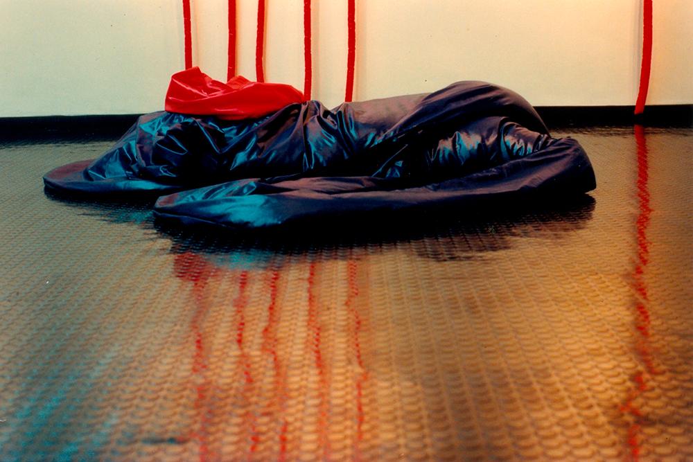 Tetê Barachini. Desobjeto Ovalazul  (1993). Tecido sintético e poliuratano expandido. 4.10x1.80x0.50m (aproximadamente). Foto: Elisa Guazzinelli
