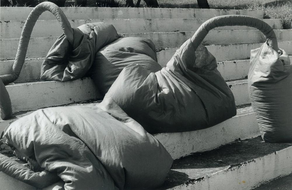 Tetê Barachini. Desobjeto Cilindrovermelho  (1993). Tecido sintético e poliuratano expandido. 5.60x1.20x0.50m (aproximadamente). Foto: João Mussolin