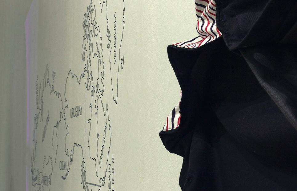 Tetê Barachini. Ta-mondè-lis (2019).  Detalhe. Objeto e mapa. Foto:  Thiago Trindade