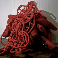 Tetê Barachini. Insustentável Vermelho (2015) Instalação. Foto: Thiago Trindade