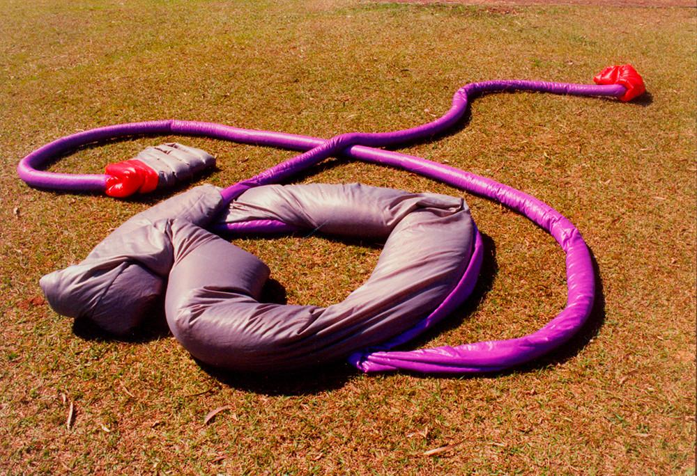 Tetê Barachini. Desobjeto Circulinha II (1993). Tecido sintético e poliuratano expandido. 9.00x2.10x40m (aproximadamente)