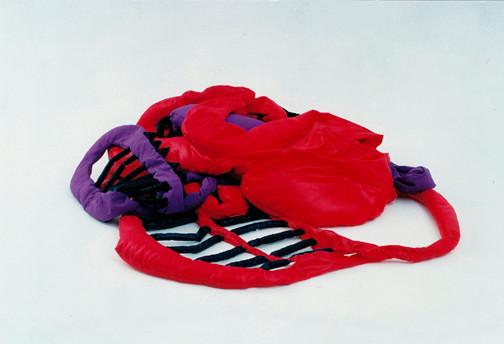 Tetê Barachini. Desobjeto Sobreposto III  (1995). Tecido sintético e poliuratano expandido. 4.70x3.70x0.50m (aproximadamente). Foto: João Mussolin