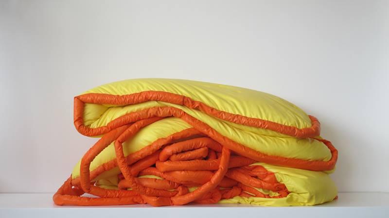 Tetê Barachini. Desobjeto Oval II (1991). Tecido sintético e poliuratano expandido.3.50x2.00x0.20m (aproximadamente)