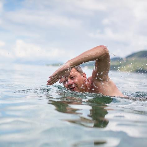 Schwimmen Runden im Meer