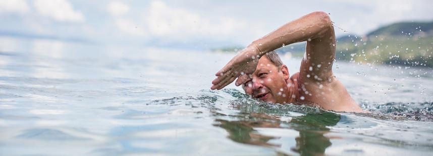在海裡游泳的時候