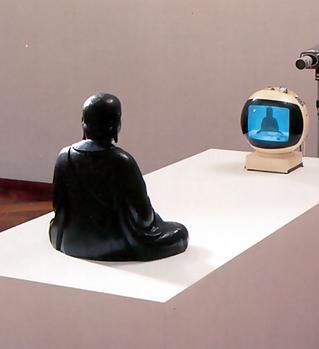 3. Нам Джун Пайк. ТВ-Будда. 1974 мал.png