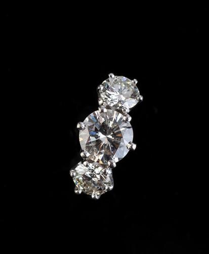 Lot 59: A THREE STONE DIAMOND RING