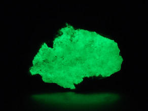 Brightly fluorescent opal from Maine