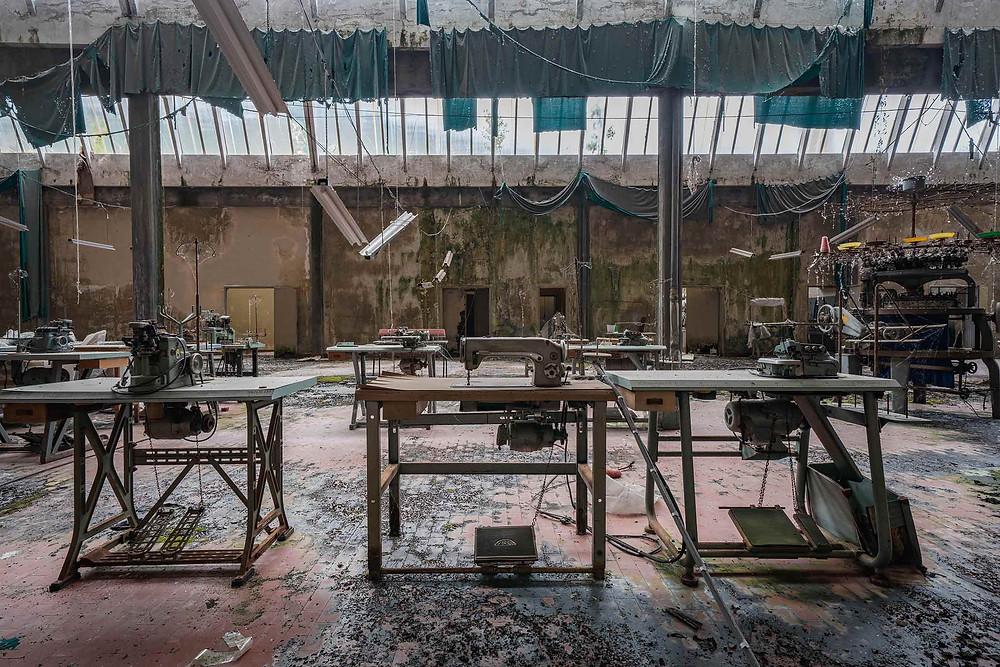 Symaskiner på forladt tøjfabrik