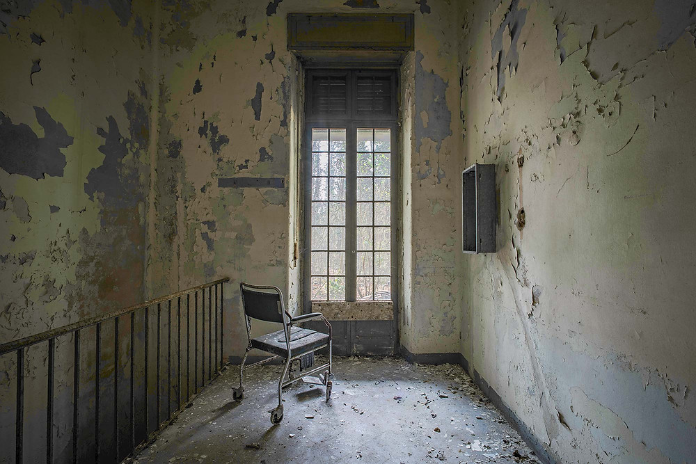 Forfald på gangene på forladt hospital