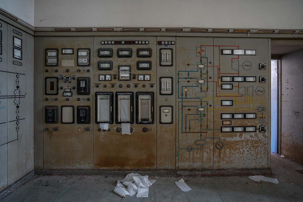 Måleinstrumenter i kontrolrummet på forladt kraftværk