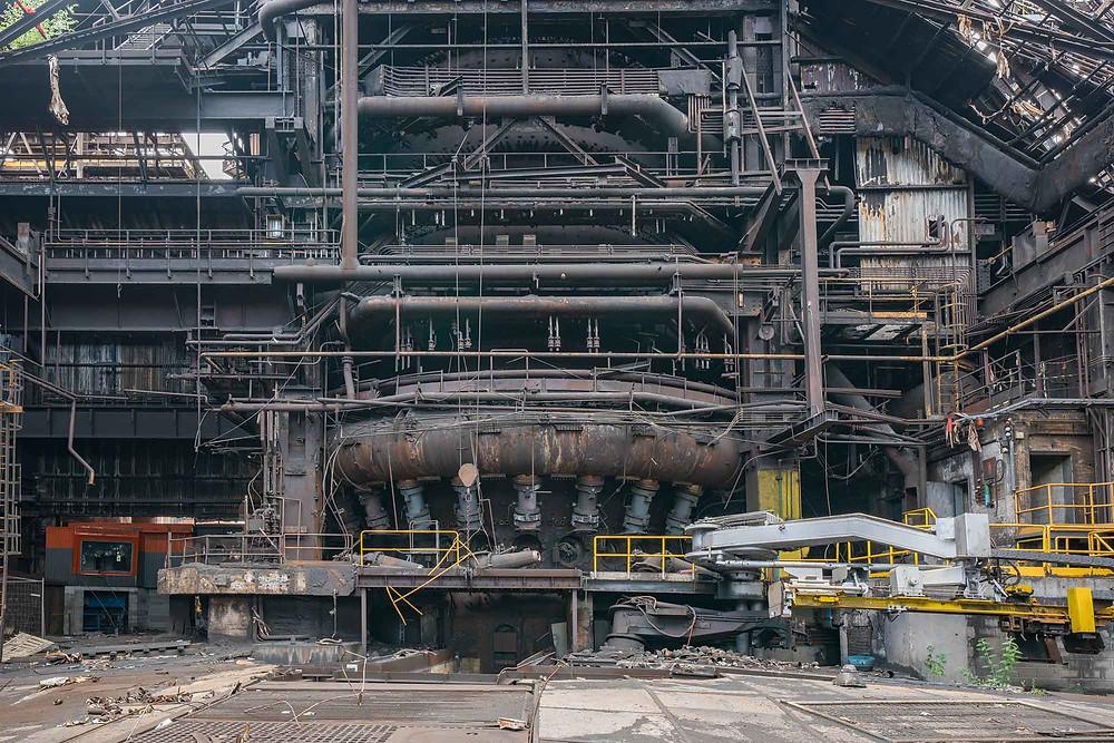 Højovn set fra bunden på forladt stålværk