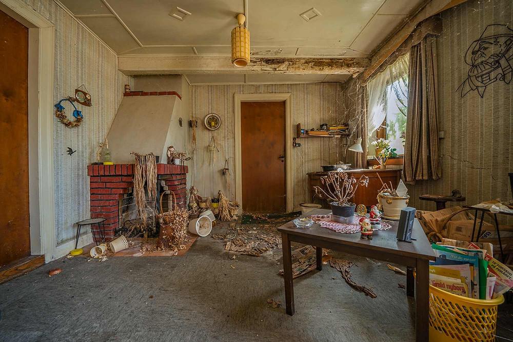 Abandoned house in Denmark - livingroom with dead plants