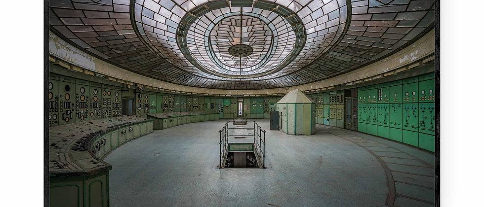 Fotokunst print af Futuristic Control Room i 75x50 cm med sort ramme