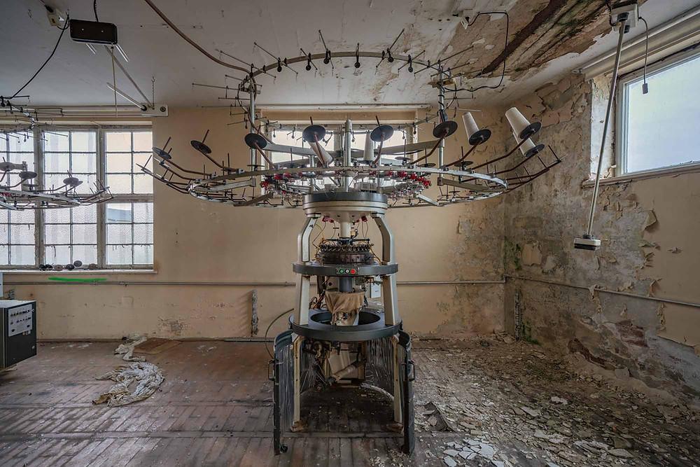maskiner på forladt fabrik