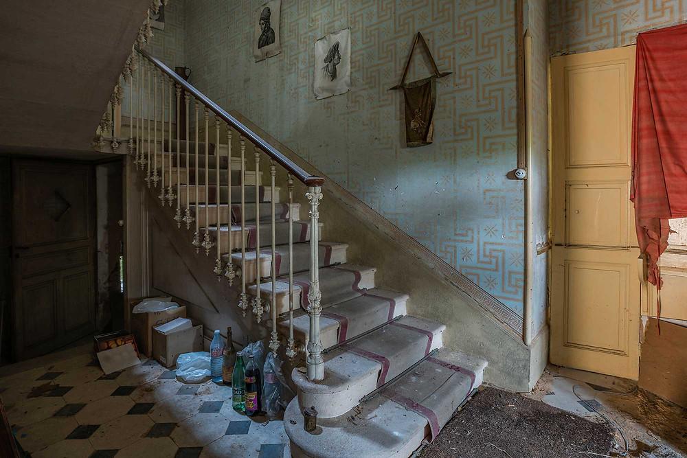 Trappeopgang på forladt vinslot i Frankrig