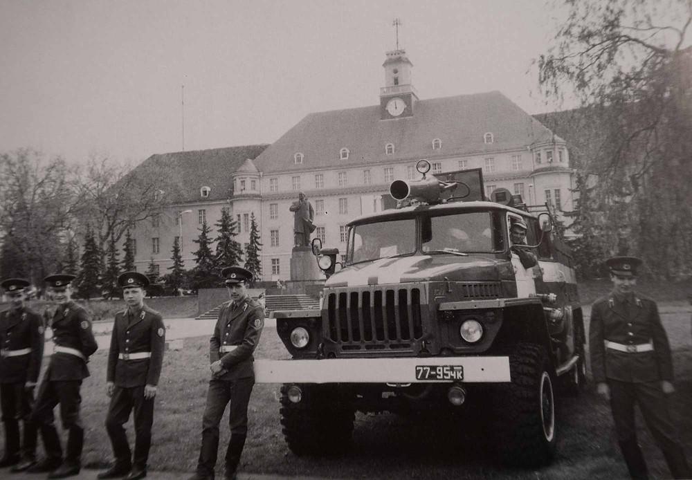 Soldater foran hovedbygningen