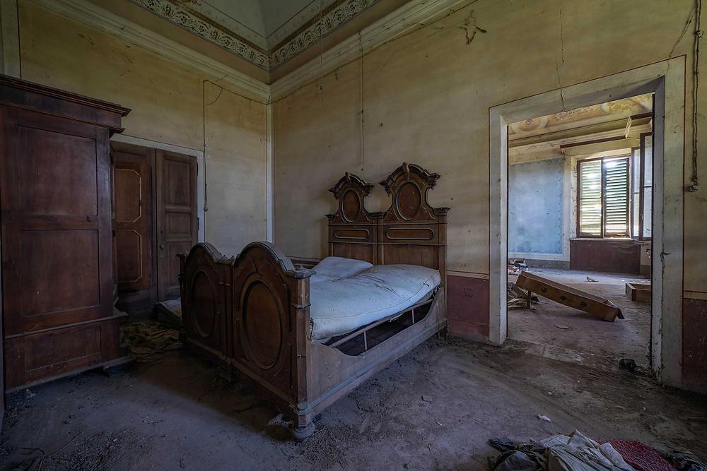 Soveværelse i forladt villa
