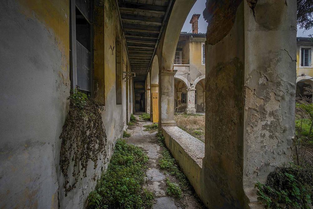Naturen er ved at overtage på det forladte kloster