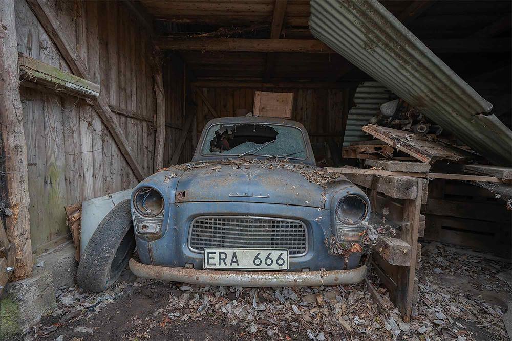 Forladt Ford Anglia i Sverige