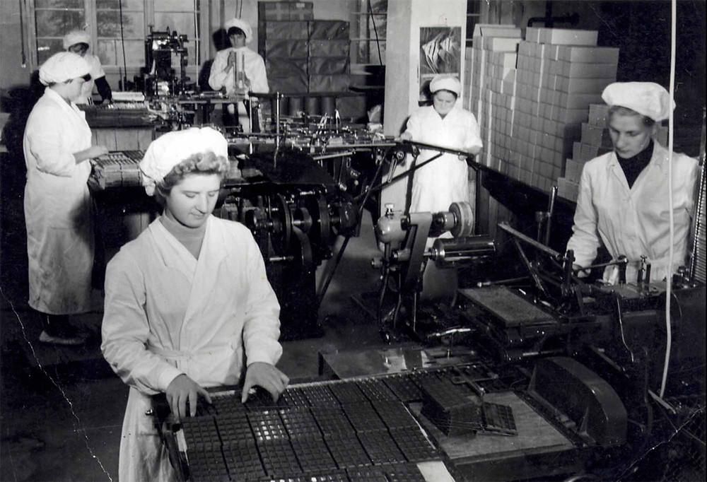 Historisk billede af produktionen på chokoladefabrik