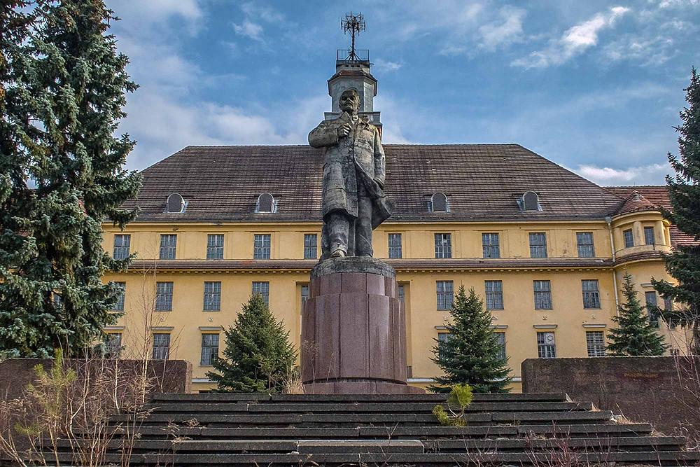 14 Lenin statue foran kaserne