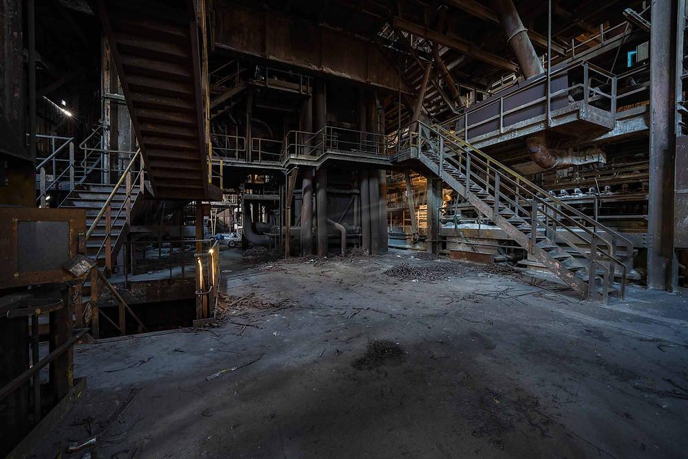 Forladt stålværk i morgensolen
