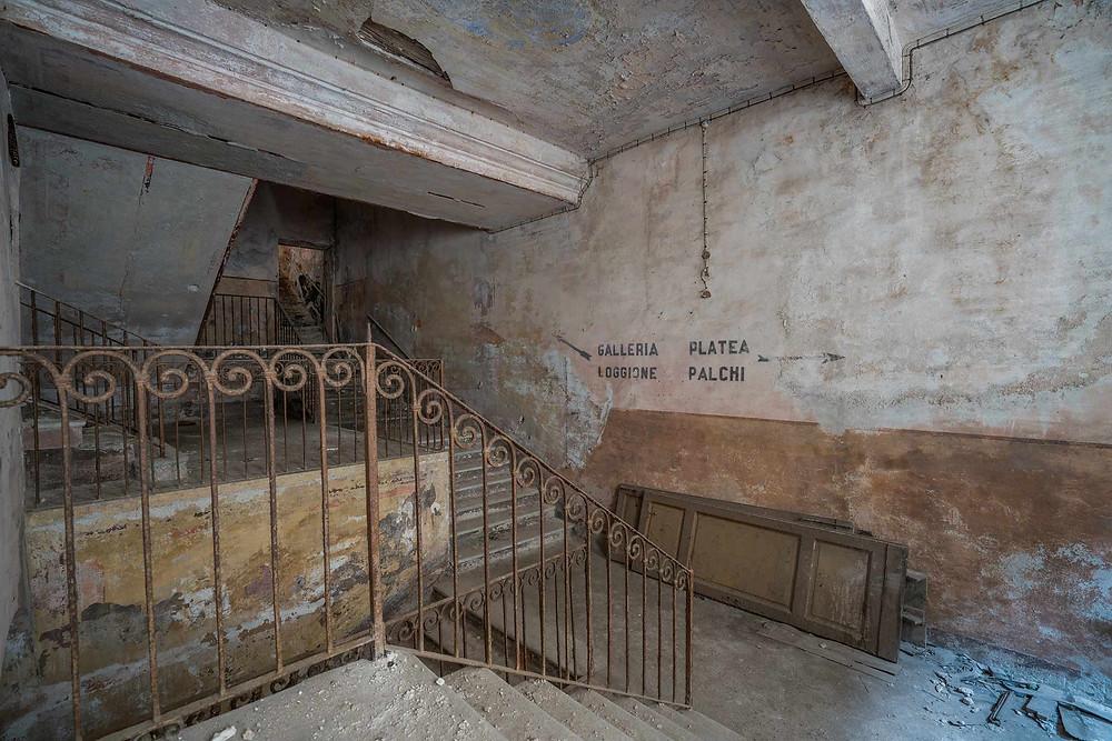 Èn af opgangene til de forskellige etager i teatret